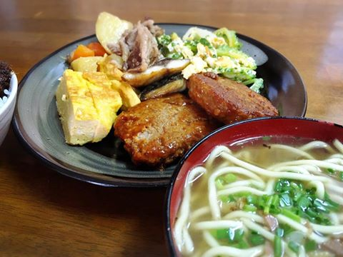 八重山商工前の「ちゃんぷる亭キミ食堂真栄里店」ちゃんぷる食べ放題