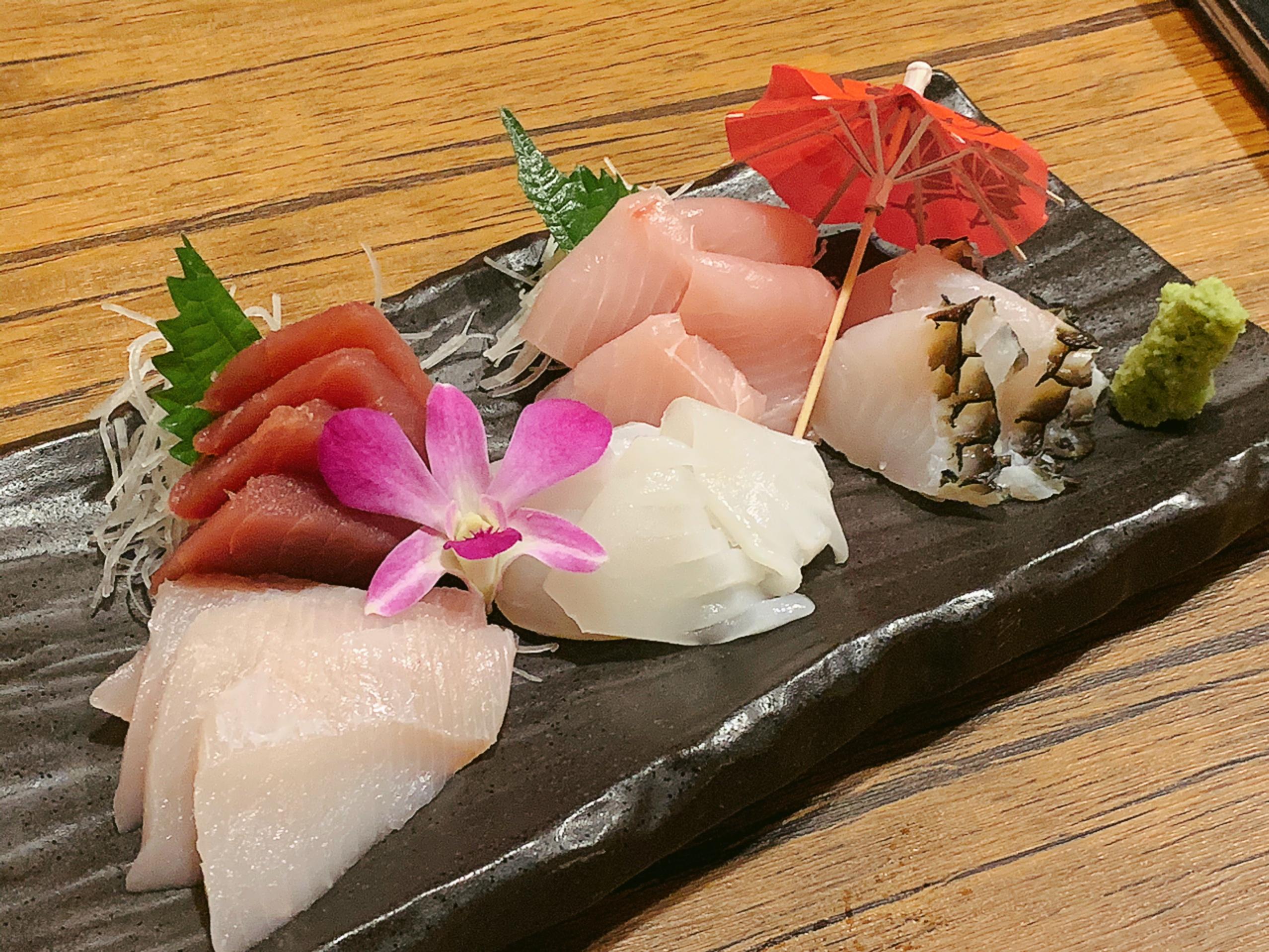 新鮮な沖縄県産本マグロ、カジキ✨✨近海魚の刺身、ホタテや雲丹、イクラも、お得な価格で提供する✨✨